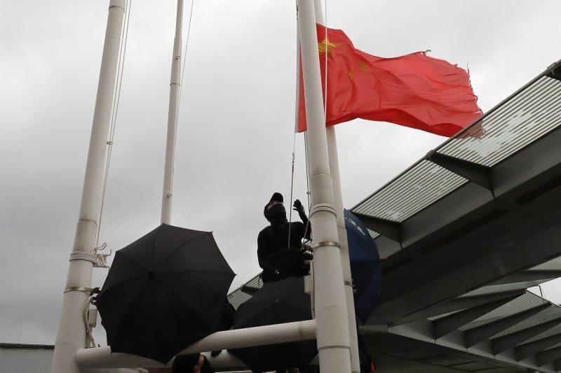 عکس روز: پایین کشیدن پرچم چین