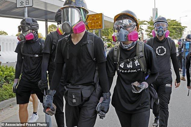 پایگاه ارتش چین در هنگ کنگ به معترضان نسبت به مزاحمت لیزری هشدار داد