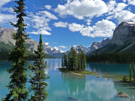 پیاده روی در آسمان طبیعت کانادا