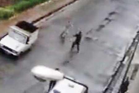 مرد قمه به دست، با شلیک پلیس زمینگیر شد