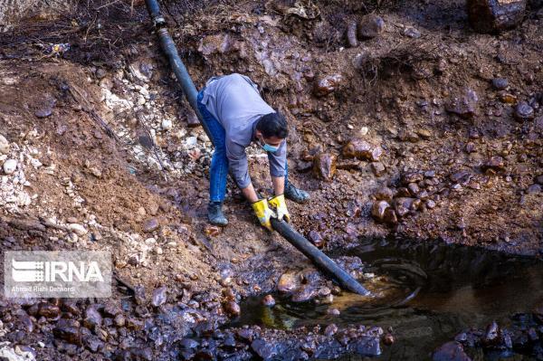 خبرنگاران منابع آب میانکوه اردل برای تشخیص آلودگی نفتی نمونه برداری شد