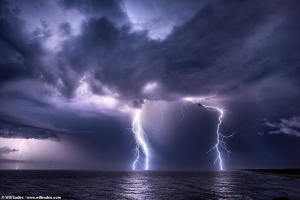 عکاسی که بدون ترس طوفان و صاعقه را تعقیب می نماید! (تصاویر)